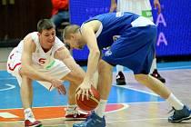 Basketbalista Pavel Pumprla (vlevo) v akci