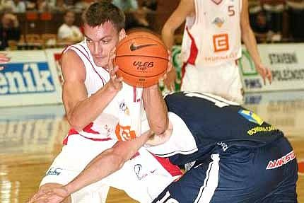 Basketbalisté Nymburka (v bílém) utrpěli první porážku v sezoně