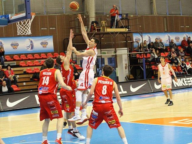 Z basketbalového utkání Mattoni NBL Nymburk - Pardubice (84:75)
