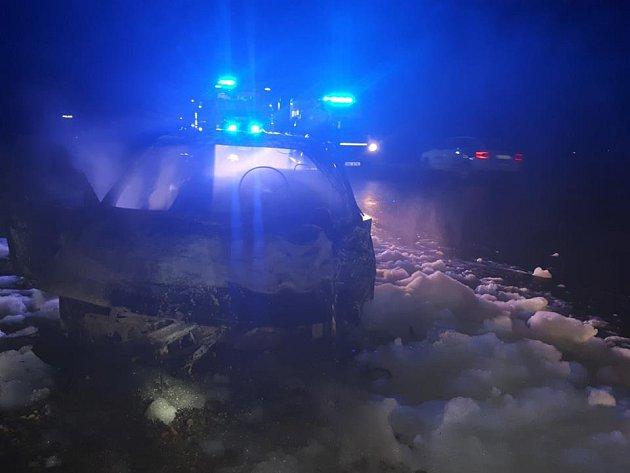 Auto po nehodě uVlkova pod Oškobrhem začalo hořet.