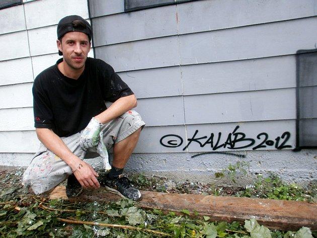 JAN KALÁB po dokončení malby na zeď sportovní haly Bios.