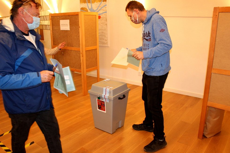 Obyvatelé Lysé nad Labem odmítli v referendu prodej milovických bytů.
