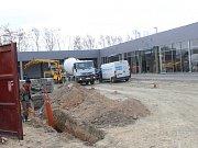 Nové obchodní centrum s názvem Nákupní park Milovice roste u obchodního domu Tesco na kraji části Mladá.