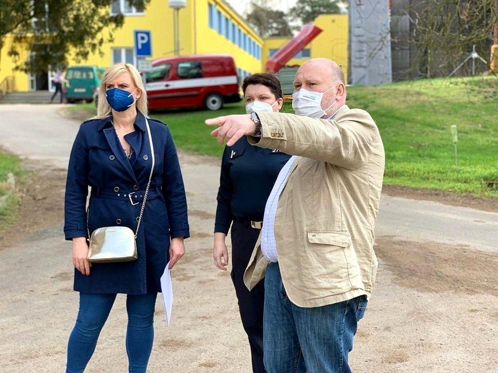 Hejtmanka Petra Pecková na návštěvě ve Školním policejním středisku v Sadské.