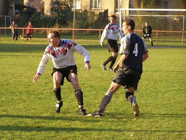 Fotbalisty Loučeně (ve světlém) čeká v neděli veledůležitý zápas.
