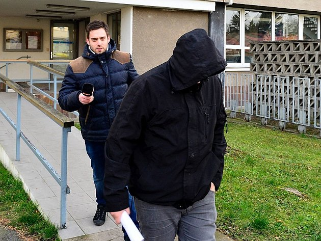 Agresor si v Nymburce na policejním ředitelství vyslechl obvinění z těžkého ublížení na zdraví. před novináři se ukryl v kapuci a utekl.
