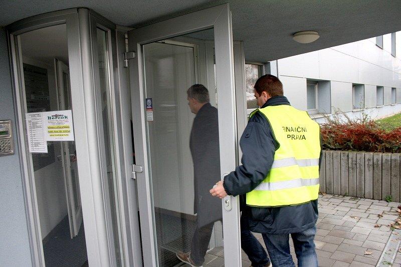 Pracovníci finančního úřadu vstupují do sídla firmy v Okružní ulici v Nymburce
