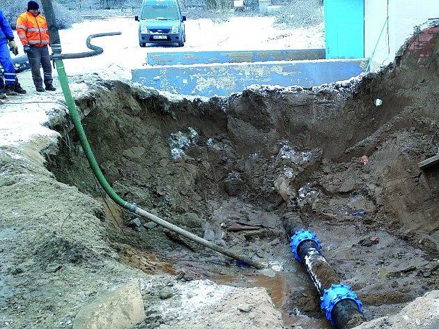 Přibližně dvoumetrová část potrubí, které museli vodohospodáři vyměnit při havárii v Nymburce.
