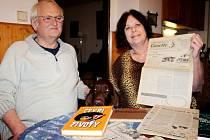 Josef a Marta Procházkovi doma v Seleticích se psem a archivovanými novinami s články a knihami paní Marty.
