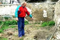 Jindřich Rejvold (na snímku) u hrobu psa, kterého měl ubít sekyrou