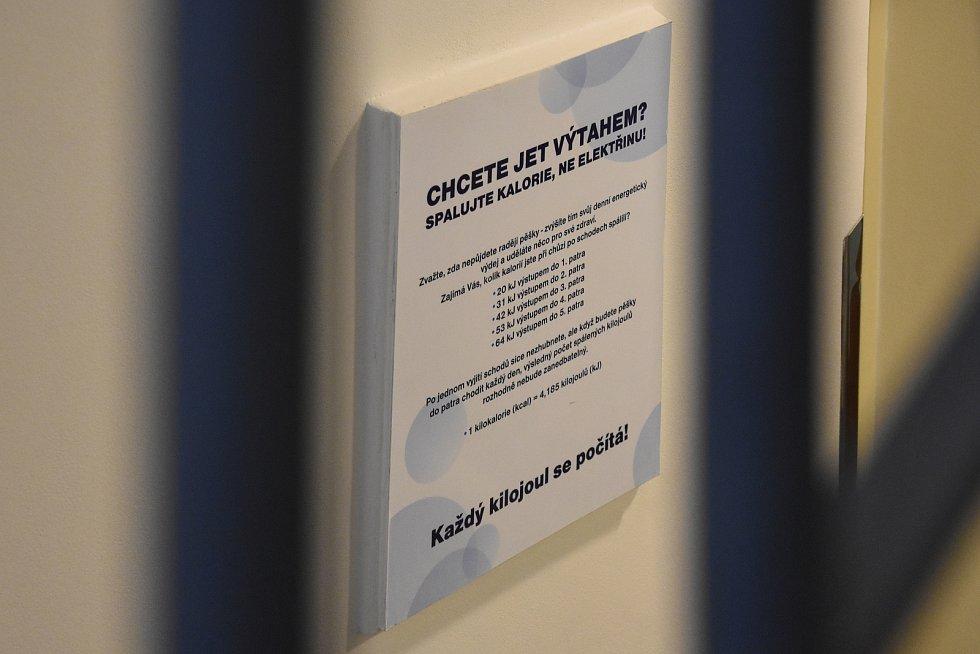 Originální výzva čeká na návštěvníky (ale i na zaměstnance) v budově Krajské hygienické stanice Středočeského kraje v Dittrichově ulici v Praze. Cedule v přízemí každého vybízí, aby udělal něco pro své zdraví – a místo použití výtahu se vydal po schodech.