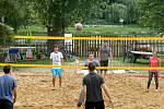 Nové beach volejbalové hřiště vyrostlo na zahradě Šafaříkova mlýna.