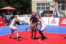 Mezinárodní turnaj v basketu tři na tři se hrál na poděbradské kolonádě.