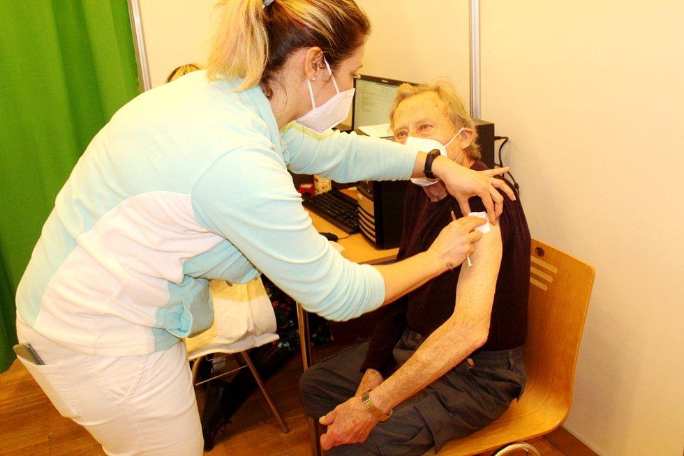 Očkovací centrum v Nymburce jede kvůli nedostatku vakcín na zlomek své kapacity.