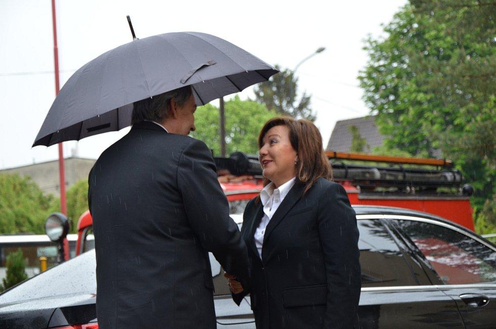 Ve středu 22. května poctily svou návštěvou ministryně financí Alena Schillerová a hejtmanka Středočeského kraje Jaroslava Pokorná Jermanová dobrovolné hasiče ve Velvarech.
