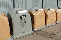 Šedé kontejnery budou sloužit k třídění kovu.
