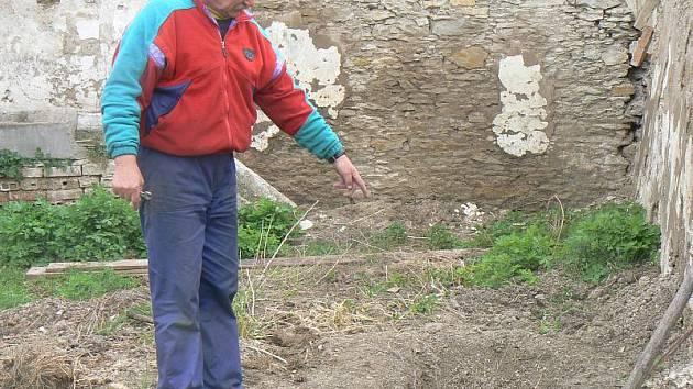Pan Rejvold ukazuje na místo, kde psa zakopal