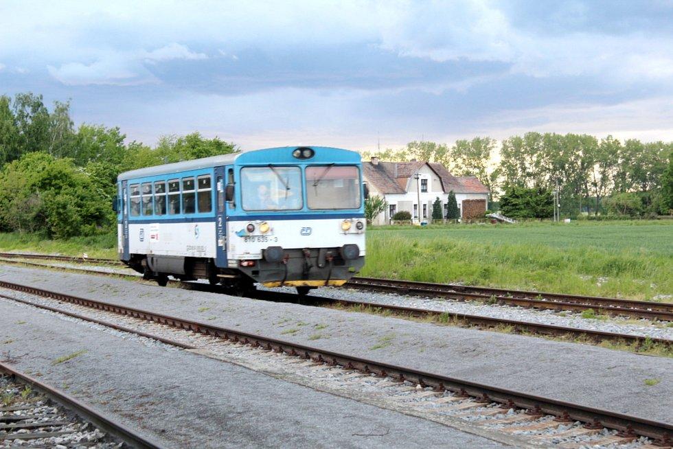 Z městeckého nádraží odjíždějí vlaky na Křinec a opačně na Chlumec nad Cidlinou. Prvně jmenovaným směrem zřejmě brzy jezdit přestanou.