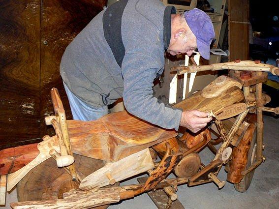 Dřevěný  motocykl harlej je dílem třiašedesátiletého Williho Sprengera.