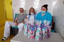 Dárkové balíčky dostali zaměstnanci z oddělení dlouhodobé lůžkové péče, kde byly sestřičky obdarovány spokojeným pacientem.