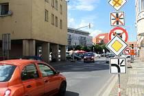 Provozu v centru Nymburka pomohla změna přednosti v jízdě na náměstí.