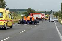 Vážná dopravní nehoda, při níž zemřeli dva lidé, se stala v úterý po třetí hodině odpoledne mezi Vlkovem pod Oškobrhem a Dlouhopolskem.