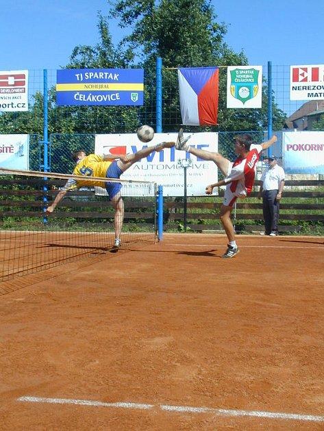 Třináct. Tolik družstev se sešlo na druhém ročníku nohejbalového klání Čelákovické sako.