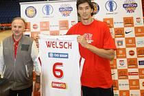 Basketbalista Jiří Welsch pózuje z dresem Nymburka. Vedle něj stojí generální manažer klubu Rudolf Šimeček