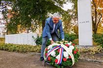 Zástupci vedení nymburské radnice položili věnce a květiny u několika památníků.