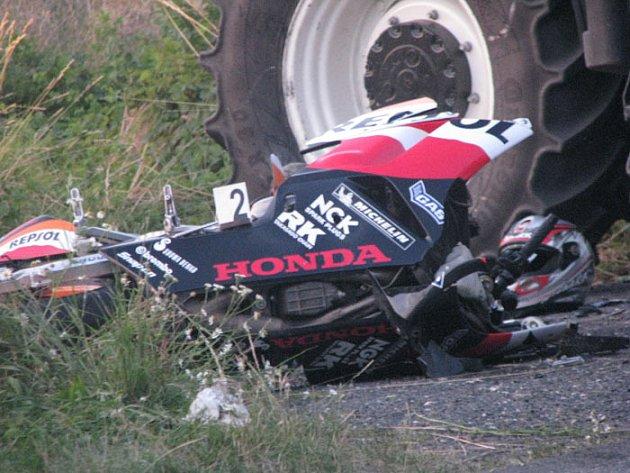 U Odřepes zemřel motorkář, jeho slpolujezdec byl vážně zraněn.