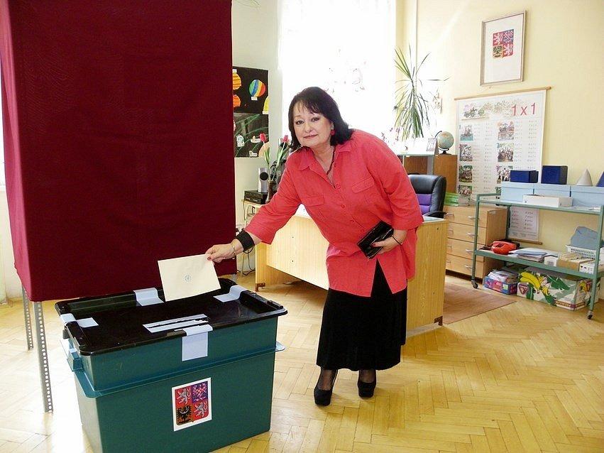 V Sadské volila známá novinářka Eva Jurinová