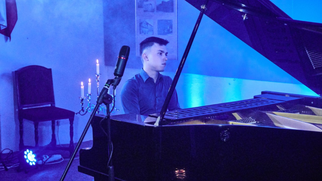Klavírista a skladatel původem z Poděbradska Pavel Vondráček.