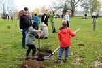 Desítky lidí dorazily v neděli dopoledne do areálu skautů na nymburském Vesláku a vysadily zhruba tři desítky nových stromů.