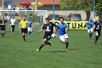 Z divizního fotbalového utkání Vykáň - Kolín (1:2)