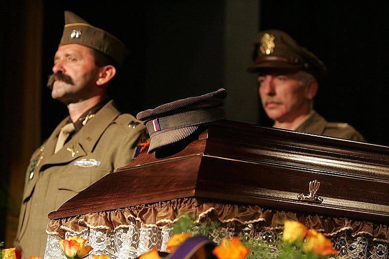 V poděbradském divadle Na Kovárně se konal ve středu v poledne pohřeb protikomunistického bojovníka, toho třetího od Mašínů, Milana Paumera.