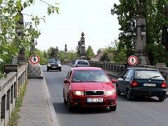 Na kamenný most možná budou částečně vpuštěni chodci.
