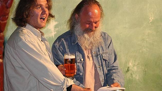 Básník Pavel Zdražil pokřtil se svými přáteli v nymburské kavárně U tanečnice svou novou knihu Salamandří veselice.