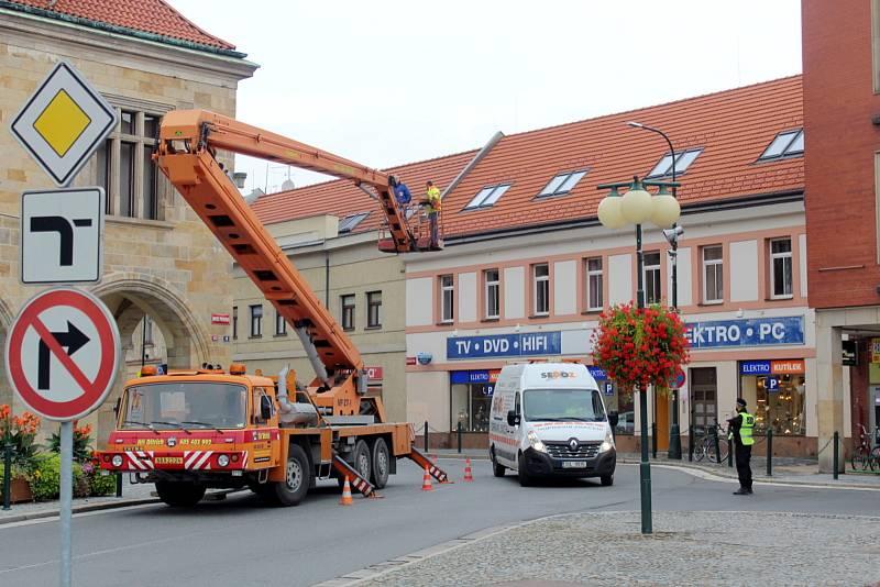 Odstranění utrženého plechu ze střechy radnice zkomplikovalo dopravu v centru Nymburka.