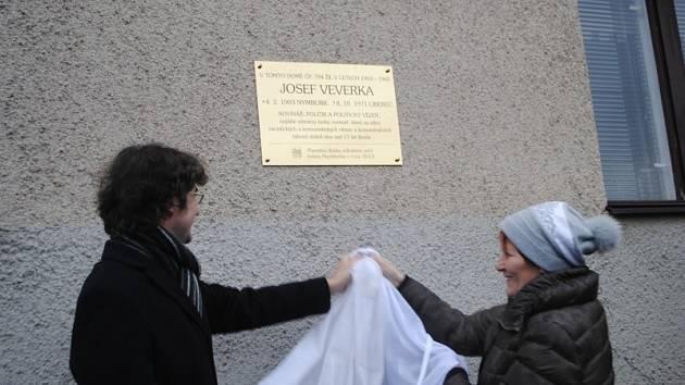 Odhalení pamětní desky Josefu Veverkovi v Jičínské ulici v Nymburce