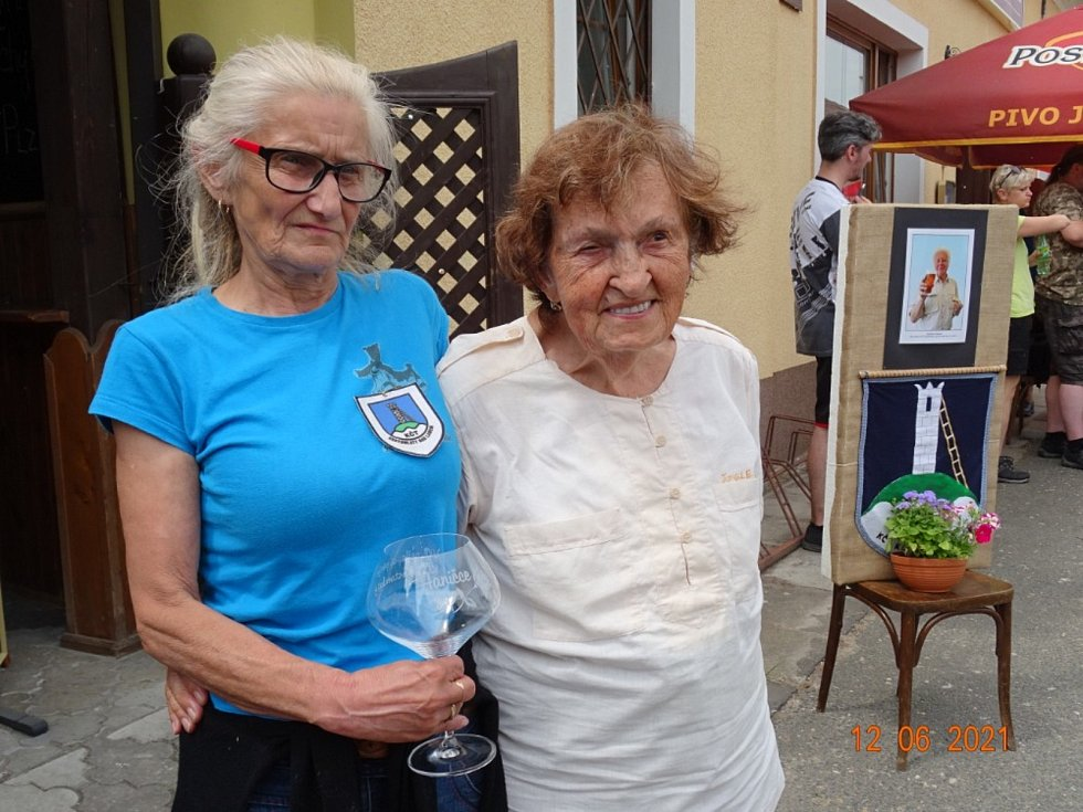 Letošní pochod završili také oslavou 90. narozenin nejstarší účastnice.