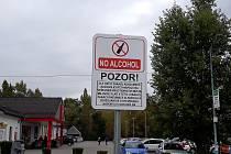 Již umístěné cedule informující o zákazu konzumace alkoholu v Milovicích.