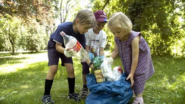 Dobrovolníci uklidili park u pošty.