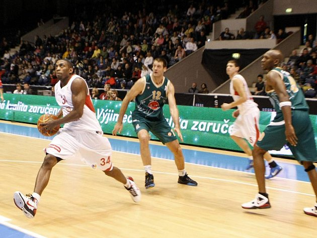 Z basketbalového střetnutí Adriatické ligy Nymburk - Ljubljana (72:85)