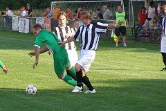 Nymburský Miloš Jeřábek se snaží obehrát milovické Petra Petráše (uprostřed) a Tomáše Mencla. Více radosti měli po zápase domácí fotbalisté, kteří porazili rezervu Polabanu 2:1.