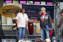 Tomáš Březina v roli moderátora (vpravo)
