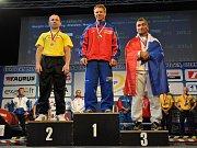 JAKO DOMA je na stupních vítězů silový trojbojař Karel Ruso (uprostřed) . A díky tomu se dostal do síně slávy.