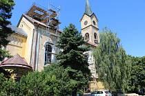 Oprava sanktusové věže (malá a štíhlá věžička nacházející se na hřebeni střechy obvykle zhruba nad hlavním oltářem) na velelibském kostele.