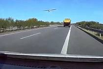 Letadlo nad dálnicí D11
