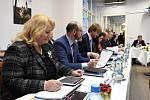 Na výjezdní zasedání ve středu vypravila do středních Čech vláda premiéra v demisi Andreje Babiše (ANO). Návštěva spojená s cestováním po problematických místech v kraji začala setkáním s radními na krajském úřadu.