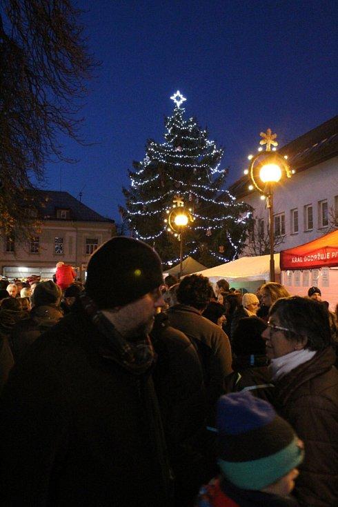 V Městci Králové rozsvítili vánoční strom už v neděli 26. listopadu.